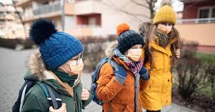 Kids in masks arriving to school.